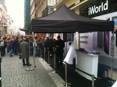Obligátní fronta před novým obchodem, který prodává Apple a příslušenství