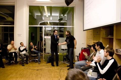 Vítězem první AppParade se stal Meme Reactor prezentovaný Tomášem Zvěřinou - stojící vpravo (foto: Miloš Marcinek)