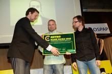 Aleš Pýcha, ředitel marketingu mediální skupiny MAFRA předává Metro Public Award. Přebírají Mároš Kemeny, Strategy Director a Juraj Kusý, grafik, oba z agentury Creative Department, Bratislava. Foto: Metro