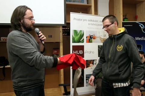Vítěz první AppParade Tomáš Zvěřina předává pomyslné žezlo Jánu Ilavskému, vítězi druhé