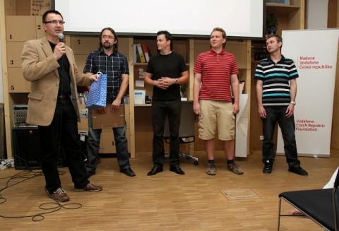 Igor Šmerda z Nokia Česká republika losuje, kdo z diváků získá chytrý telefon Nokia C7