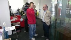Metropol TV: Marketingový manažer David Binar (vpravo) v rozhovoru s reportérem-skútrařem
