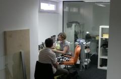 Metropol TV: Monika Valentová v improvizované maskérně, ve spodním patře stanice