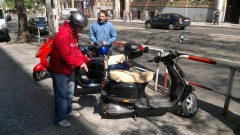 Metropol TV: Reportéři na skútrech Vespa