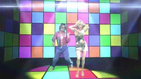 V inkriminované pasáži v klipu tančí pornohvězda Dolly Buster. Oblečená.