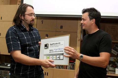 Tomáš Zvěřina přebírá první cenu 20 tisíc Kč od Davida Dostála ze společnosti Blacklex, která ji věnovala