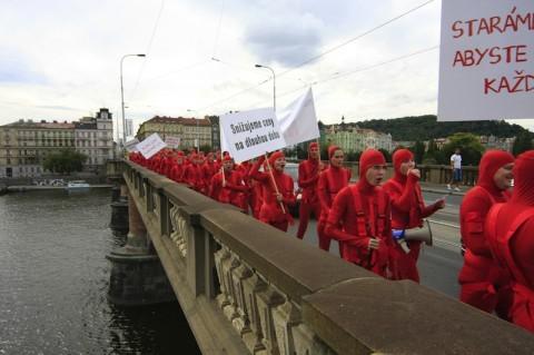 Pražská demonstrace za snížení cen z 26. srpna 2010 v podání figurantů najatých Albertem