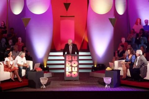 Celkový pohled na scénu, uprostřed pultík s logem pořadu. Foto: TV Prima