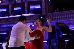 Porotce Martin Dejdar v talentové show třímá obří ňadra jedné ze soutěžících. Foto: TV Prima