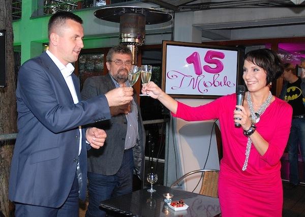 Generální ředitel české pobočky T-Mobile Milan Vašina a manažerka firemní komunikace Martina Kemrová připíjejí