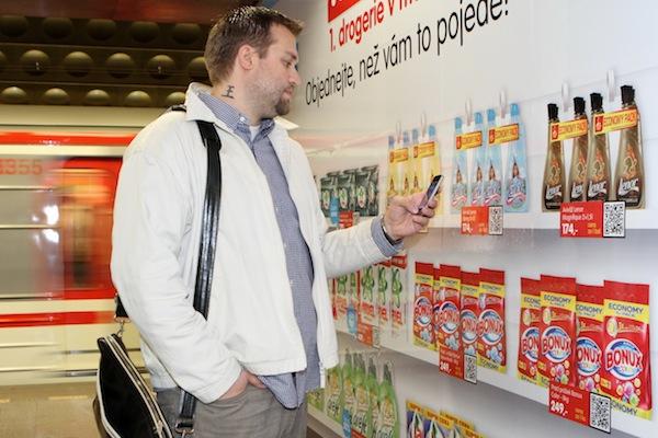 Zákazník namíří na kód vybraného zboží mobilní telefon...