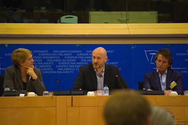 Roger Solheim uprostřed. Vlevo Raina Konstantinova, ředitelka rozhlasové sekce Evropské vysílací unie, vpravo holandský moderátor Erik de Zwart