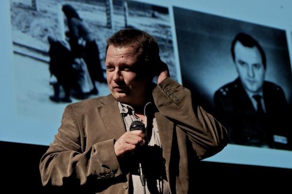 Mikuláš Kroupa ze sdružení Post Bellum prezentuje aplikaci projektu Paměť národa. Foto: Ivana Dvorská