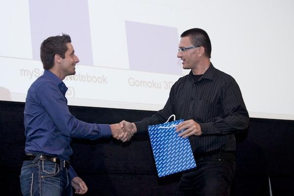 Chytrý telefon E7 od Nokie převzal z rukou Igora Šmerdy (vpravo) šťastný hlasující a zároveň člen týmu uLikeIT. Foto: Ivana Dvorská