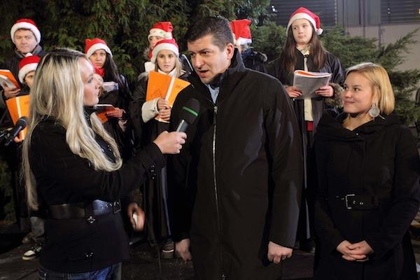 Advent na Nově: ředitel Andruško v pátek rozsvítil vánoční stromek před budovou televize. Foto: TV Nova