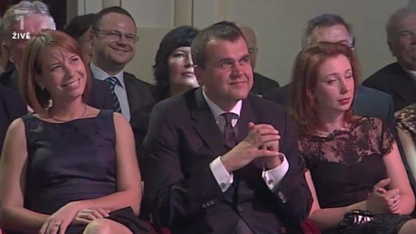 Nad úrovní veřejné služby toho večera spokojeně bděl čerstvý náměstek šéfa Českého rozhlasu pro strategický rozvoj René Zavoral (v zadní řadě)