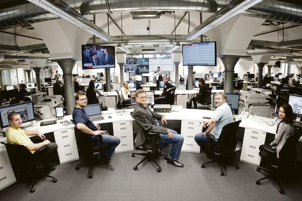 Integrovaný newsroom Blesku a Aha!, uprostřed šéf Blesku Pavel Šafr