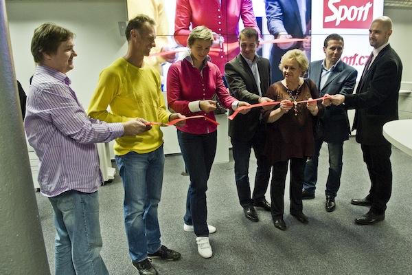 Slavnostní stříhání pásky v novém newsroomu