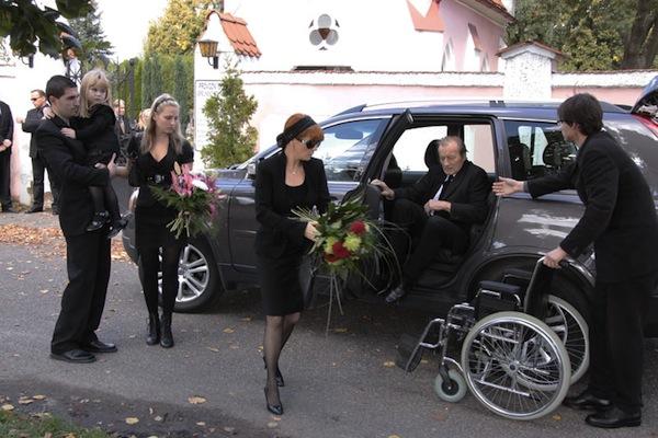 Jedinou zatím oznámenou novinkou je seriál mimo jiné o seniorech Život je ples. Foto: Česká televize