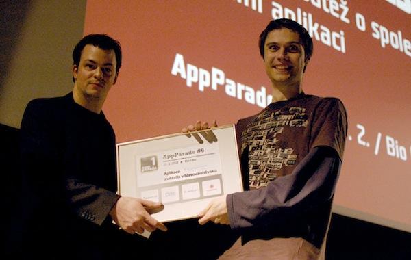 Slovenský vývojář Vladimír Hrinčár (vpravo) přebírá trofej od Davida Dostala ze společnosti BlackLex. Foto: Sandra Kisić