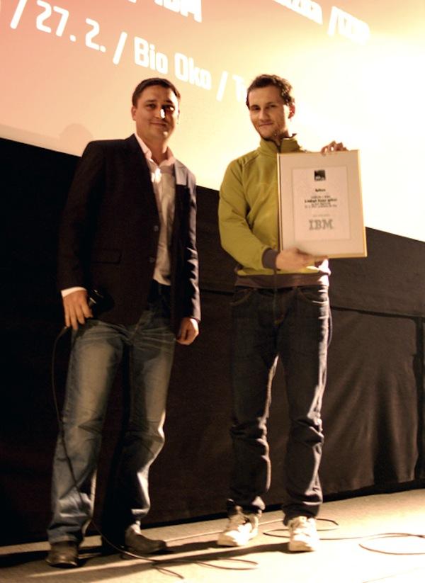 David Zeman z IBM (vlevo) předal ocenění zástupci studia eMan. Foto: Sandra Kisić