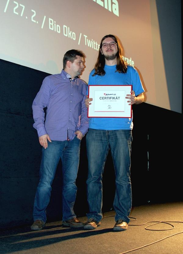Šéf vývojářů Seznam.cz Ivan Mikula (vlevo) předal ocenění Aplikace pro masy Janu Grunclovi. Foto: Sandra Kisić