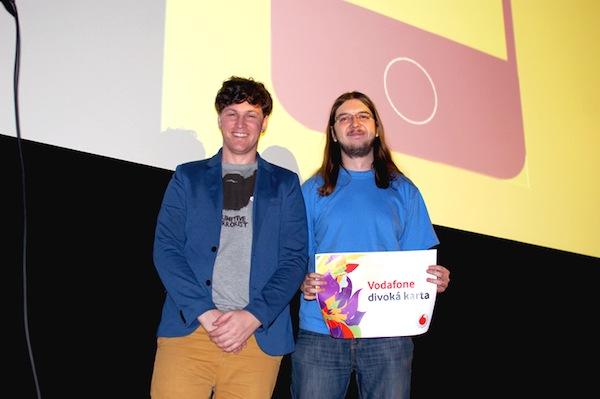 Jan Gruncl obdržel též Divokou kartu Vodafonu, z rukou sympatického pana magistra Petra Houzara (vlevo). Foto: Sandra Kisić