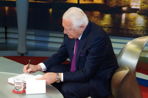 Václav Klaus podepisuje knihu Rok devátý. Foto: TV Nova