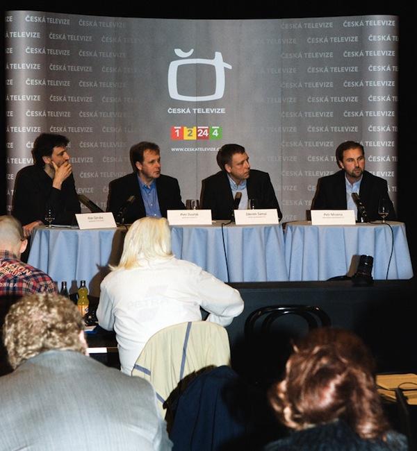 Zleva designér Alan Záruba, šéf ČT Petr Dvořák, ředitel zpráv Zdeněk Šámal, šéfredaktor Petr Mrzena. Foto: ČT