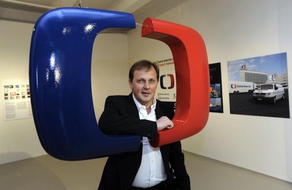 Nové logo ČT se dnes v galerii Dox předvedlo i v prostorové variantě. Za ním generální ředitel České televize Petr Dvořák