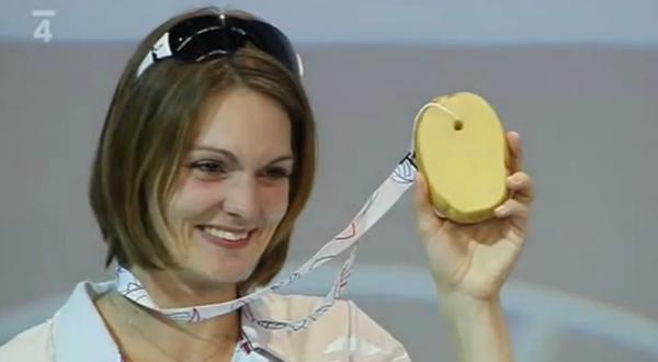 Kateřina Emmons skončila čtvrtá a od Petra Svěceného dostala bramborovou medaili. Repro: ČT4