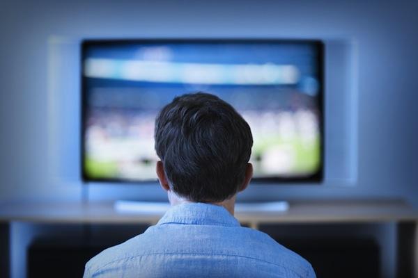 Muž před televizorem