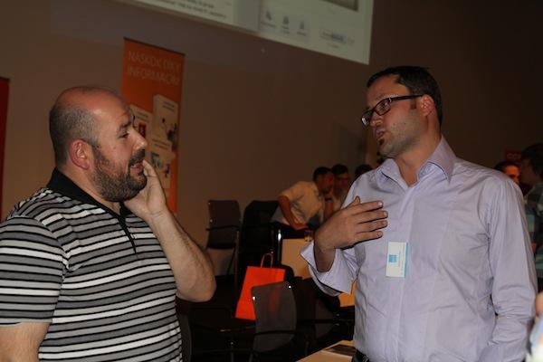 Designér Lumír Kajnar a pořadatel setkání Tomáš Poucha při závěrečné družbě. Foto: Pavla Lorencová
