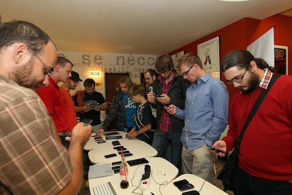 Ve foyer Oka otevřel Seznam.cz svou mobilní testovací zónu, kde bylo možné si pustit své aplikace či weby na třiceti různých telefonech či tabletech. Foto: Tomáš Pánek