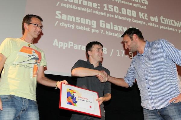 Divokou kartu Vodafonu získal cestovní Trainboard od The Funtasty prezentovaný Lukášem Strnadelem (uprostřed). Foto: Tomáš Pánek
