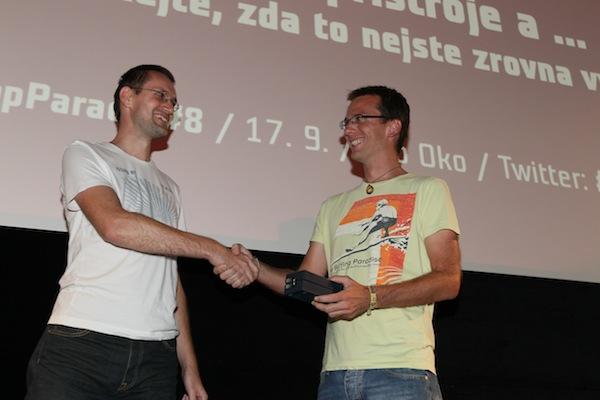 Zástupce Vodafonu Tomáš Peterka předává vylosovanému hlasujícímu Peterovi (vlevo) Samsung Galaxy S3. Foto: Tomáš Pánek