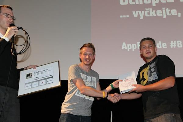 Vítěz Přemysl Frýdl obdržel diplom ve zlatě a od Tomáše Hodbodě z ČT knihu (místo lihu). Foto: Tomáš Pánek