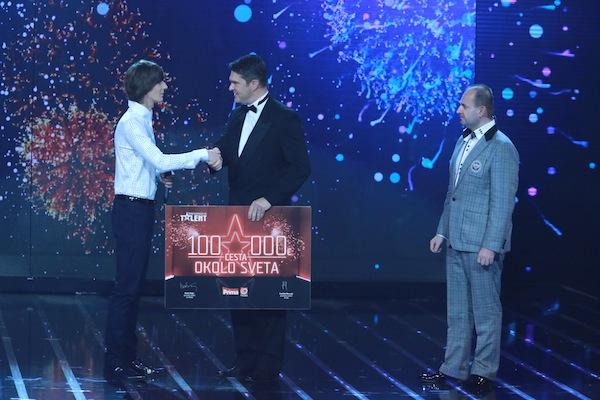 Vítězem třetí řady Talentu se stal zpěvák Jozef Pavlusík z Nitry, gratuluje mu šéf Primy Marek Singer. Foto: TV Prima