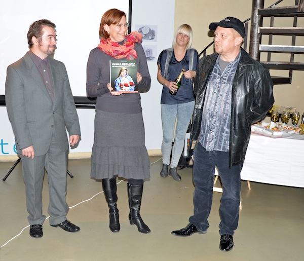 Kmotrem knihy byl Petr Čtvrtníček, byl ten večer pod čepicí. Foto: Jakub Novák