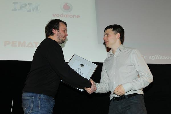 Marek Prchal předává cenu IBM pro nejlepší firemní aplikaci Lukáši Strnadelovi z The Funtasty. Foto: Tomáš Pánek