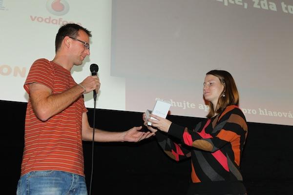 Telefon Samsung Galaxy Tab S III věnoval výherkyni Zuzaně Tomáš Peterka z Vodafonu. Foto: Tomáš Pánek