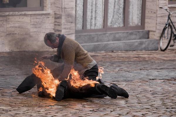 Snímek rekonstruuje sebeupálení Jana Palacha na pražském Václavském náměstí. Foto: HBO