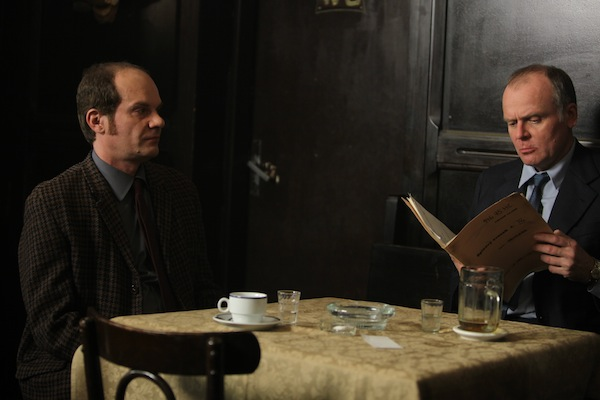 Adrian Jastraban hraje šéfa advokátní kanceláře Charouze, Igor Bareš majora StB Dočekala. Foto: HBO