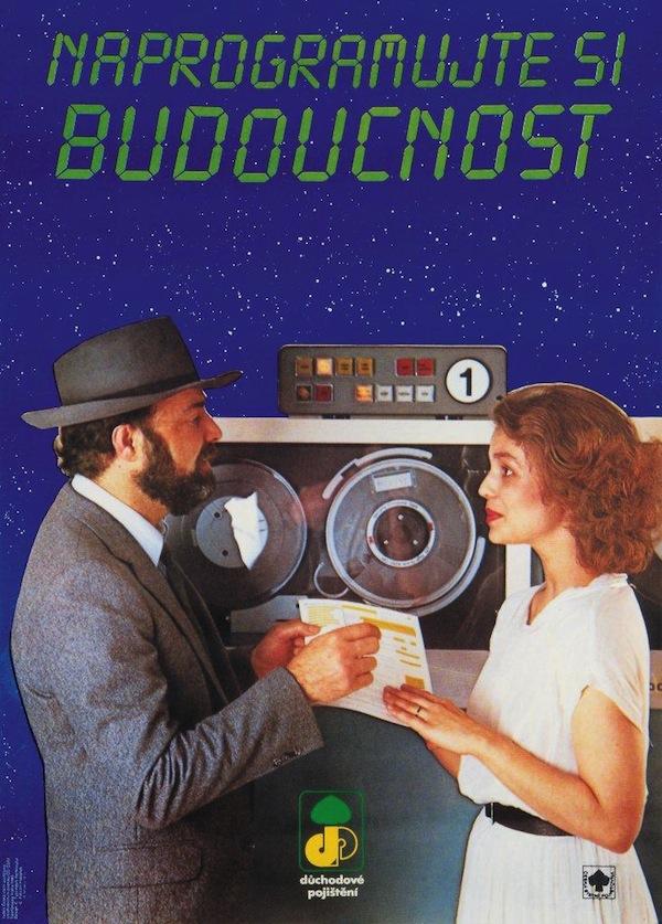 """Naprogramujte si budoucnost (1988). Důchodové pojištění, Česká státní pojišťovna. Vizualizace k důchodovému pojištění ukazuje, že i na konci osmdesátých let bylo toto téma spjato se """"zářnými"""" zítřky. Digitální font jako z kalkulačky, počítač a na pozadí pohled do vesmíru – tak nějak vypadala představa moderní budoucnosti."""
