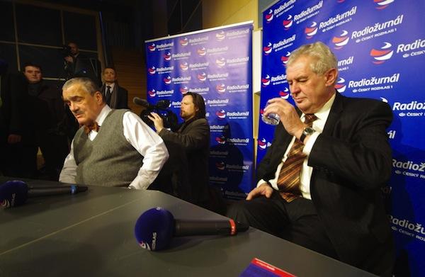 Vůbec poprvé v prezidentské debatě se Schwarzenberg se Zemanem střetli ve středu 16. ledna na Radiožurnálu. Foto: Profimedia.cz