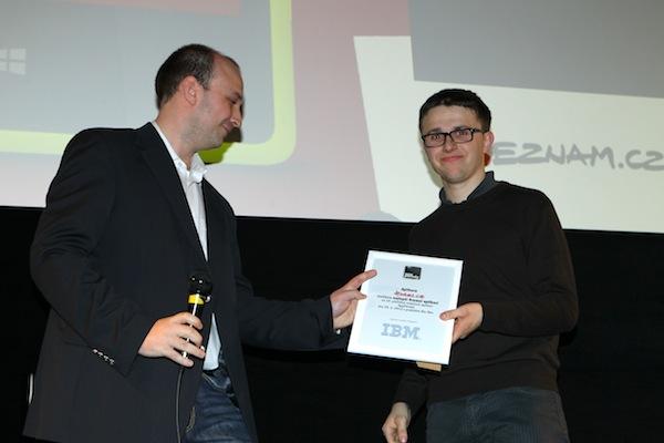 Petr Biskup z IBM předává ocenění za nejlepší firemní aplikaci Lukáši Strnadelovi. Foto: Tomáš Pánek