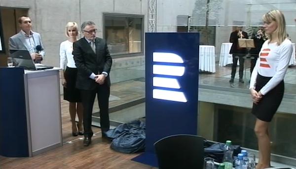 Nové logo slavnostně odhalil generální ředitel rozhlasu Peter Duhan