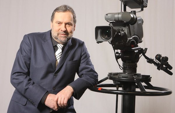 Radek John opět před kamerou jako novinář. Foto: TV Barrandov