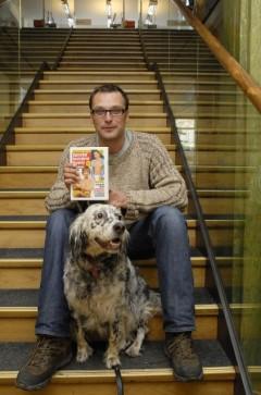 Ondřej Höppner v roce 2007 s fenou Sárou a svou knihou Zpověď bulvární hyeny. Foto: ČTK/Šimková Veronika