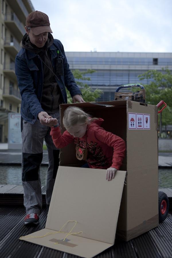 Děti se skrývaly v krabicích, které fiktivní kurýr rozvážel do redakcí
